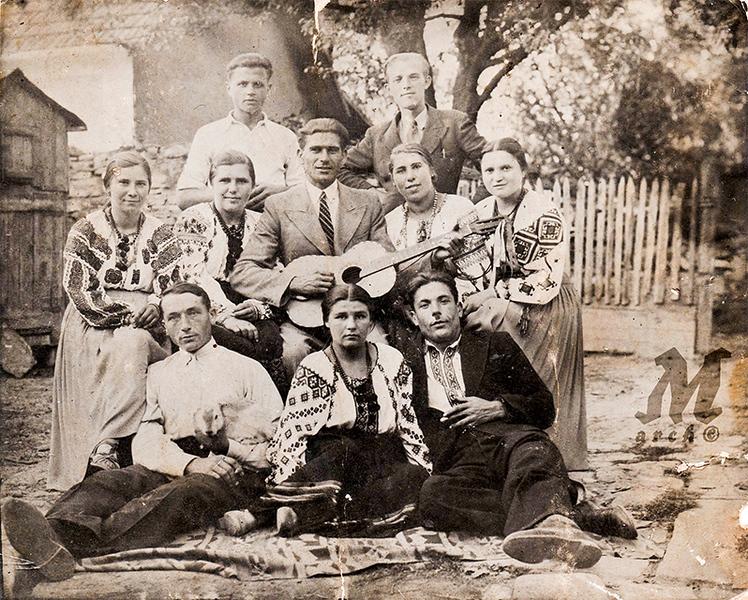 Яків Палагнюк - стоїть справа (дід Андрія Михалюка) з товаришами і товаришками. Старі Заліщики, літо 1936