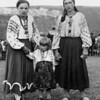 Стефа Палагнюк (дівоче – Романко) з сестрою і її дочкою Славою (згодом дружина Володимира Запоточна) - Слава, хресна мама А. Михалюка.