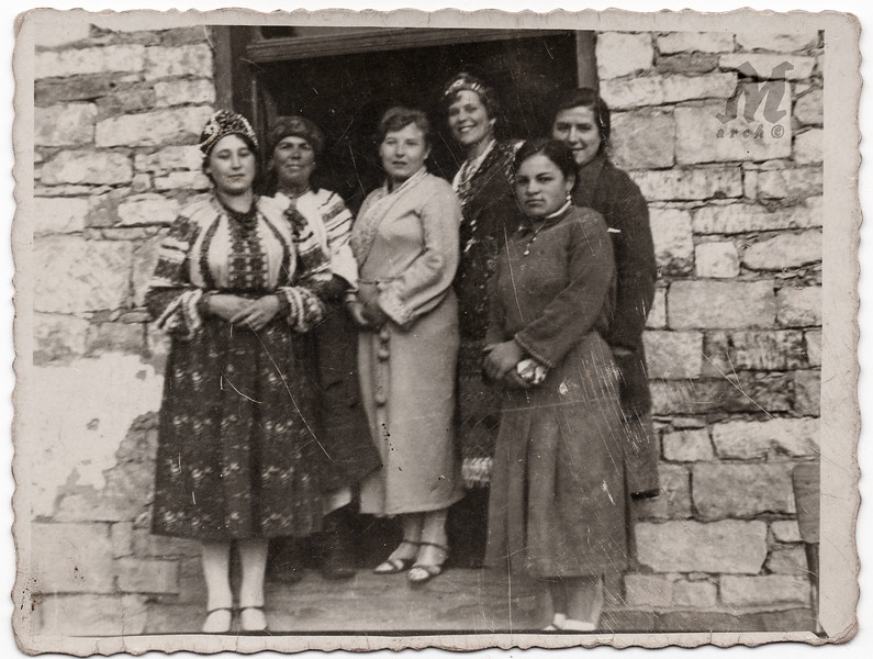 Посередині - Ольга Петлюра (дружина Симона Петлюри)* і група жінок зі Старих Заліщик. Стефа Палагнюк (Романко) – крайня справа на передньому пляні. Заліщики, початок 1930-х років