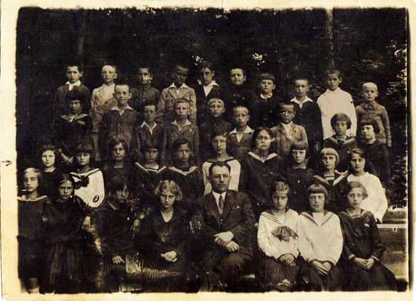 Заліщики. 1930. Гімназія. Ірена КОВАЛЬЧУК (мама Галини Климюк-Хом'як) - 2-й ряд, друга зліва у білій моряцькій формі. Їй 9 років.