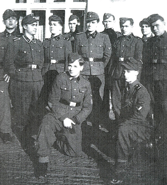 """281. Відправка добровольців в дивізію """"Галичина"""", зліва у вікні В. Верига"""