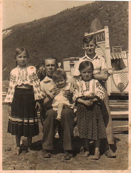 762.  Українська родина на міському пляжі.