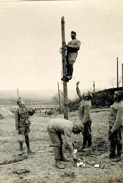 597. Австрійські війська прокладають лінію електропостачання . Feldtelephonleitung in Sosnow.