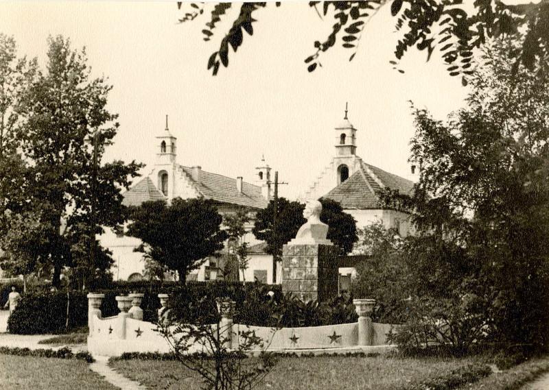 237. Вид на ратушу з пам'ятником М. Горькому