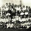 490. Українські діти зі священиком і Сестрами Служебницями.