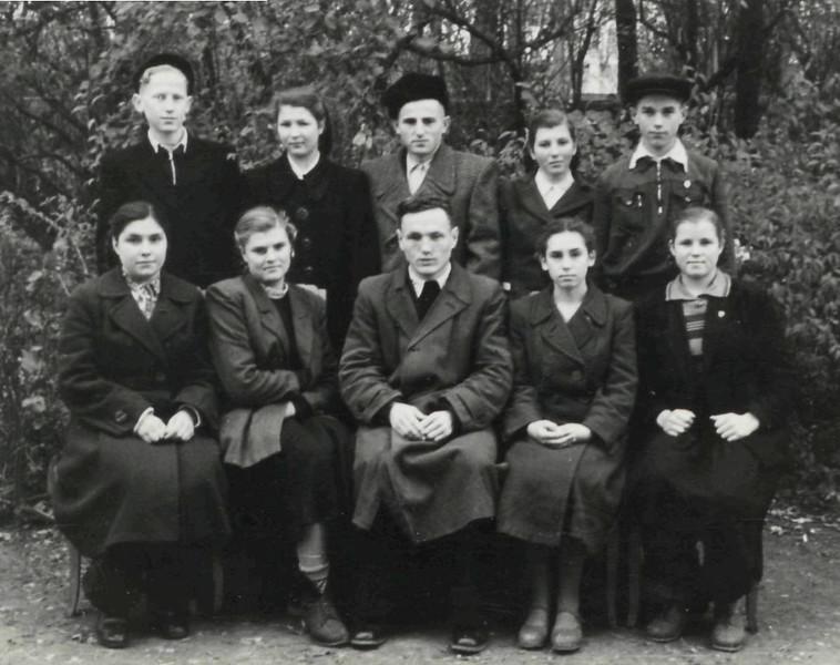 414. Учні технікуму з викладачем Я. Мариновичем
