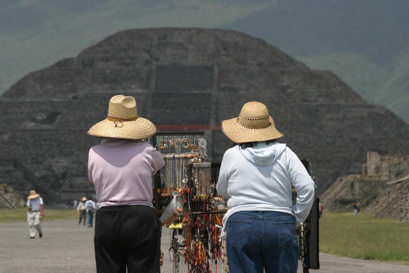 Souvenirverk‰uferinnen in Teotihuacan