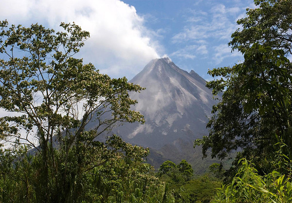 Volcán Arenal - southern view of the active vent among the clouds - Arenal Volcano National Park - Alejuela province