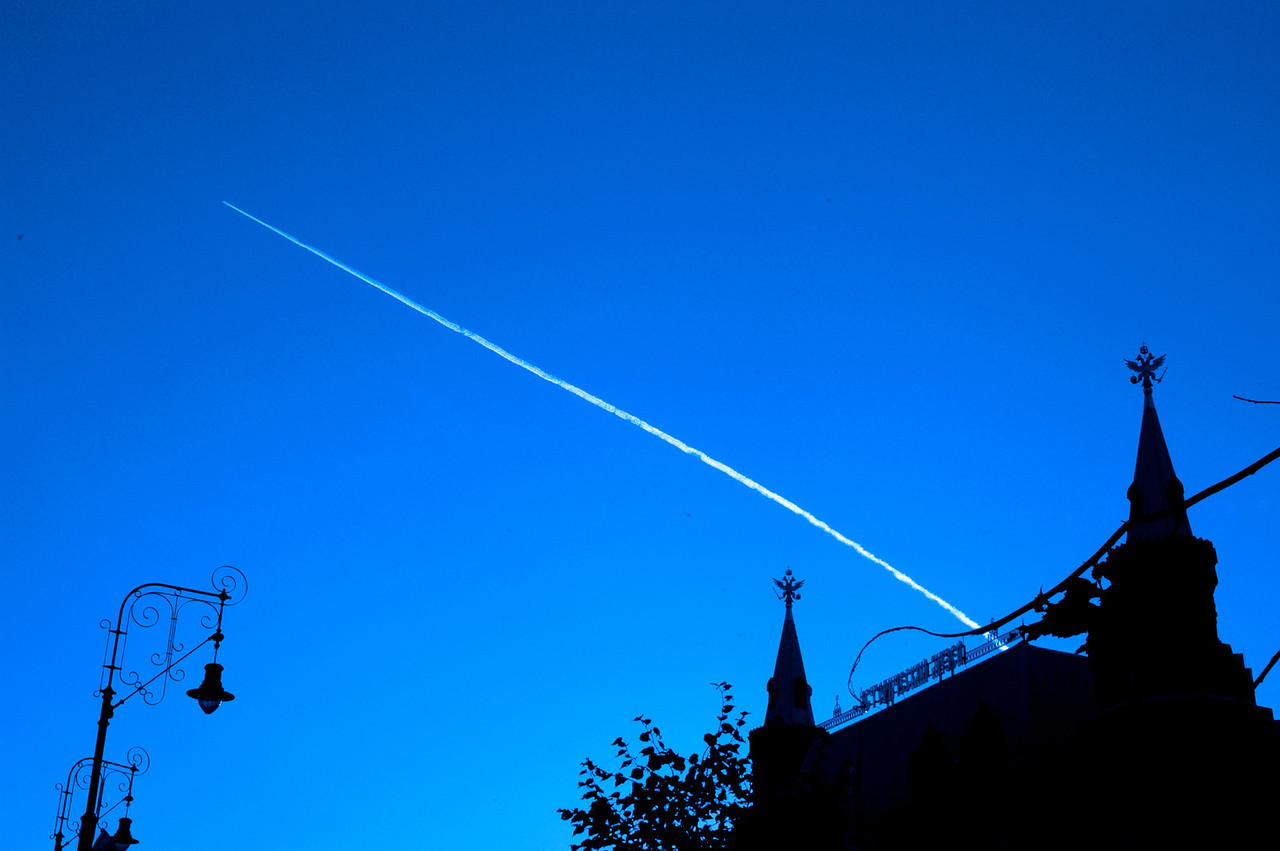040819 0163 Moscow - Early Morning around Kremlin jet stream _H _J ~E ~L
