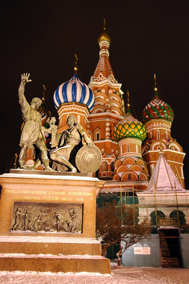 041231 2225 Russia - Moscow - New Years Eve - Red Square St Basil and Statue _P ~E ~P