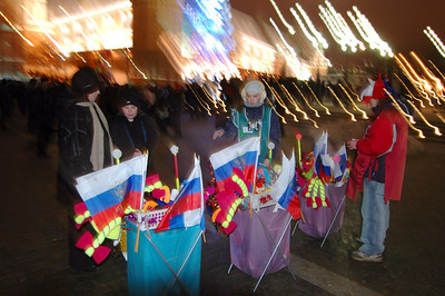 041231 2199 Russia - Moscow - New Years Eve - Buskers in electric light _P ~E ~L