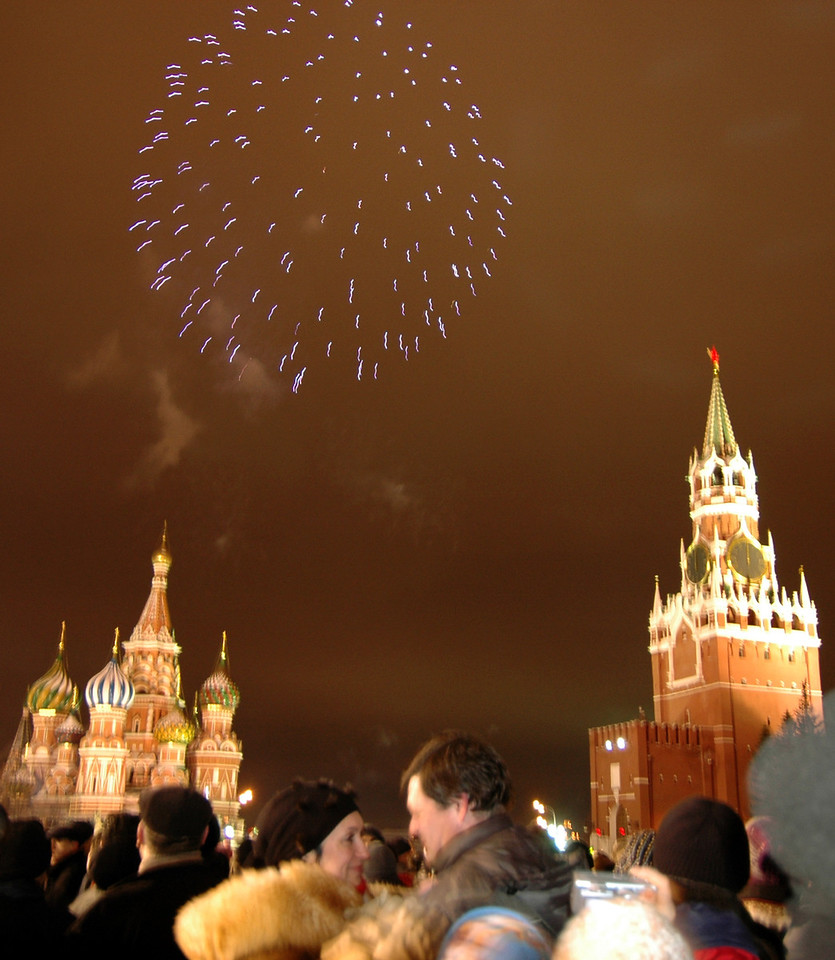 041231 2246 Russia - Moscow - New Years Eve - Red Square fireworks couple in love closeup _P ~E ~L