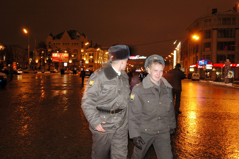 041231 2181 Russia - Moscow - New Years Eve - 2 guards walking by _P ~E ~L