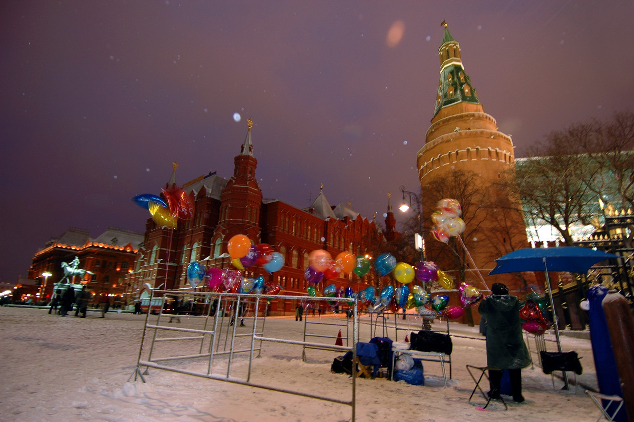 041231 2114 Russia - Moscow - New Years Eve - Kremlin with Balloons _P ~E ~L