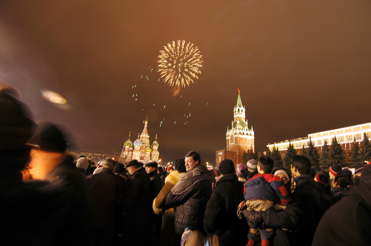 041231 2243 Russia - Moscow - New Years Eve - Red Square fireworks couple in love _P ~E ~L
