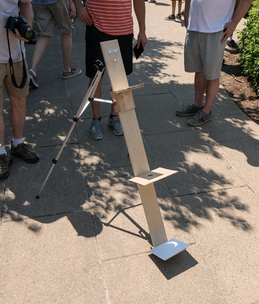 Clever device to watch the eclipse's progress