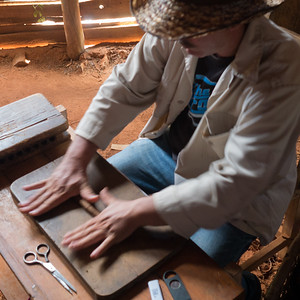 Rolling a fresh cigar, Viñales Valley