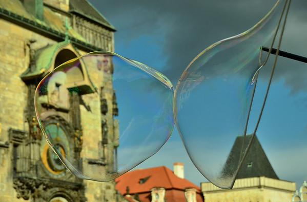 Soap bubble kiss, Staromestske nam., Prague