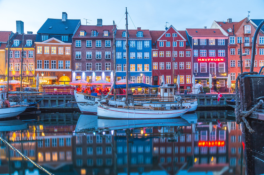 Architecture and boats along the Nyhavn in the evening