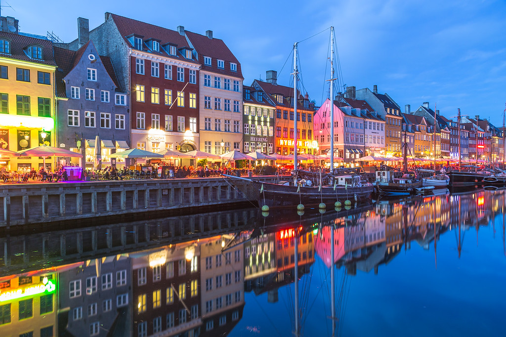 Architecture and boats along the Nyhavn at night