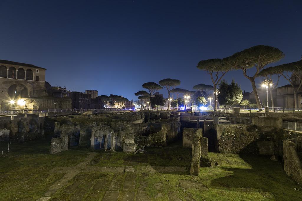 Trajan's Forum (Foro Di Traiano) at night