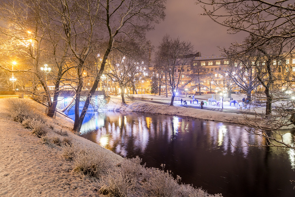 Bastejkalna park in Riga in the winter at night