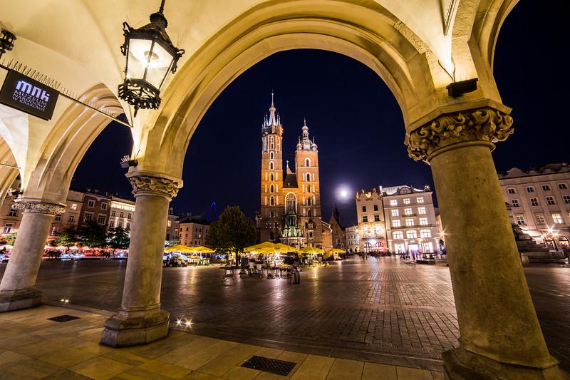 St. Mary's Basilica, shops and buildings on Rynek Glowny