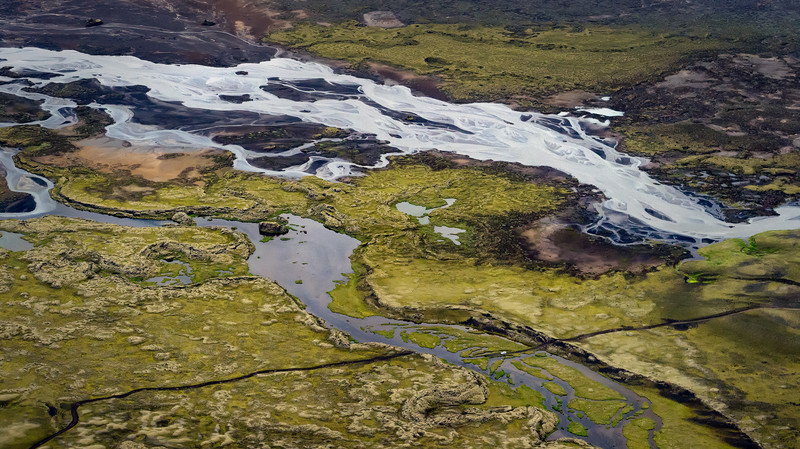 Singular travelers in explosive nature: Iceland from the air