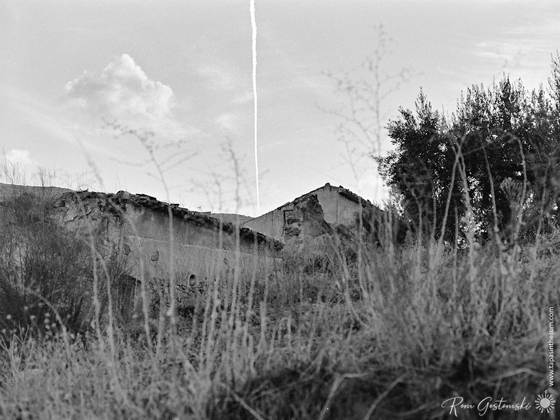 Vapour trail above an abandoned cortijo