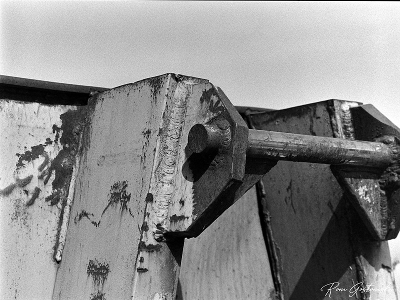 Lifting bracket on a container