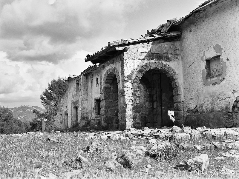 Abandoned cortijo - looking along the front elevation