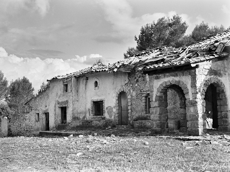 The front of an abandoned cortijo