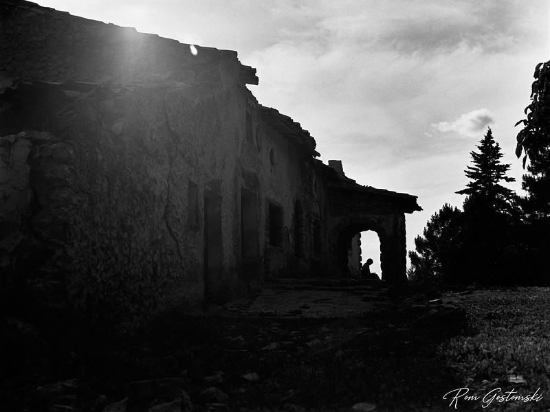The silhouette of an abandoned cortijo - contemplation