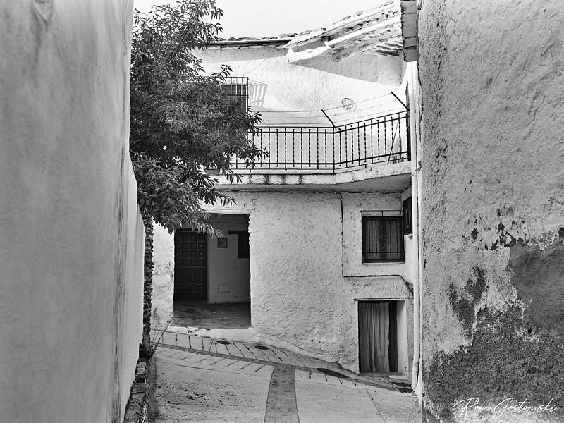 Narrow higgledy piggledy streets in Pitres