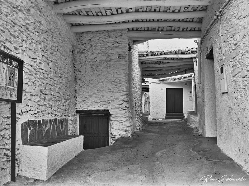 Narrow street and shady tinao in Capilerilla