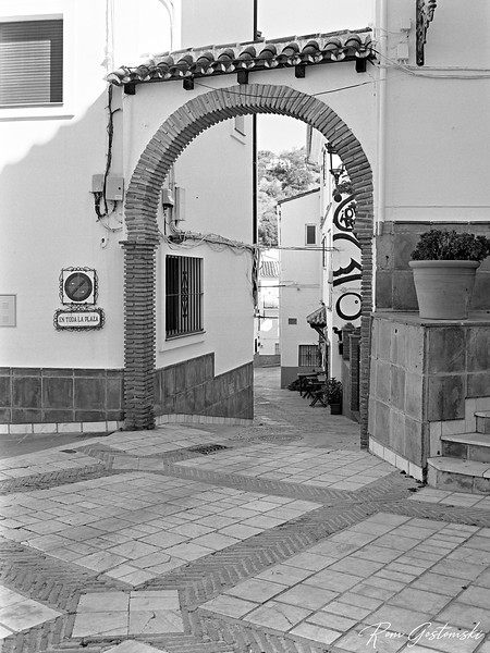 Genalguacil - arched entrance to a street