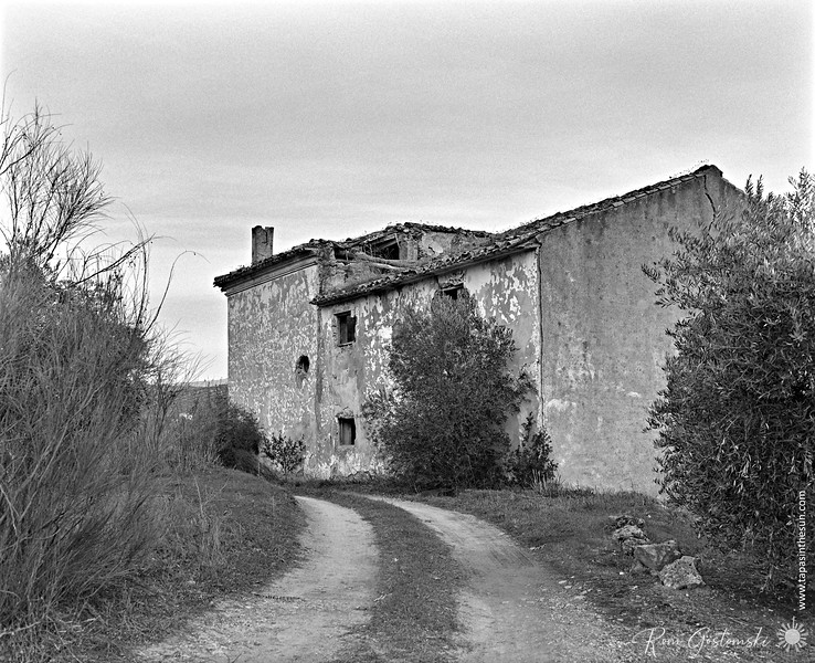The side of the abandoned cortijo