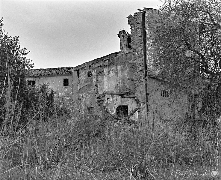 The rear of an abandoned cortijo