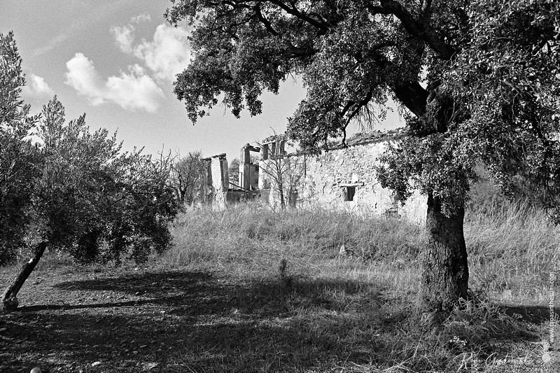A different abandoned cortijo - this one is by a lake.