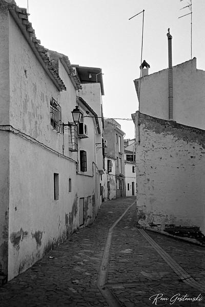 A narrow street in Carchelejo