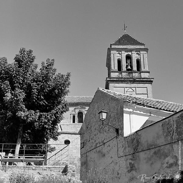 Looking up at Iglesia de Santa María la Mayor