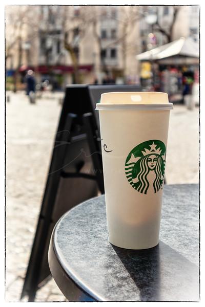 un café latte en terrasse   a café latte outdoors