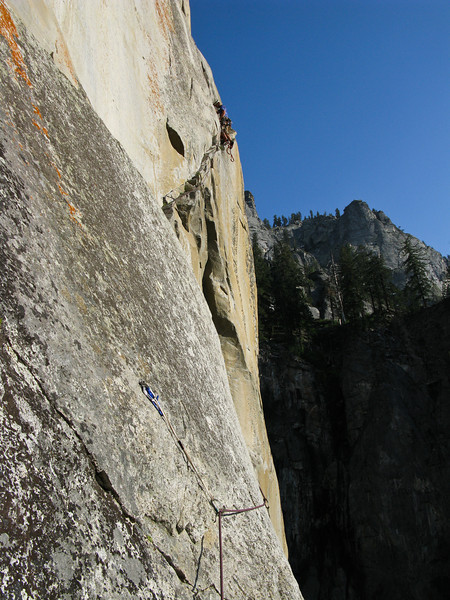 Once we got to the ledge we still had a few hours of light left, so we fixed the rope on the next two pitches, that way in the morning we could just jug or ascended the lines.
