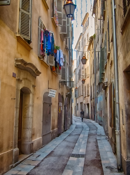 The lower town of Toulon use to be a seedy part of town full of sailors bar and old flats, it has largely been renovated but kept a lot character..