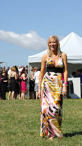 29 JUL 2006 TOWNSVILLE, QLD - Nikki Ewin turned heads at the Jupiters Townsville Cup Race Day - PHOTO: CAMERON LAIRD