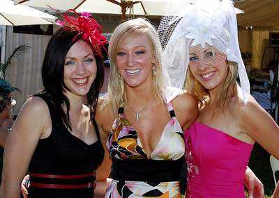 29 JUL 2006 TOWNSVILLE, QLD - Headturners Jacinta Cali, Nikki Ewin and Lyndsey Green enjoy the atmosphere at the Jupiters Townsville Cup Race Day - PHOTO: CAMERON LAIRD