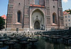Across the lilly pad fountain - to the portal of the Frauenkirche (Church of Our Lady) - Munich