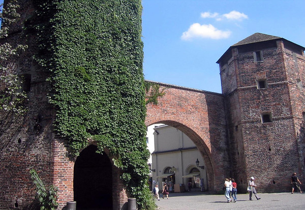 Sendlinger Tor - the oldest (around 1318) and southern, of the three remaining gates of Munich's outer city wall - which was the gateway for the trade route to Italy - the tall central tower was demolished in 1808 and in 1906 the three arches that connected the two outer towers were replaced by a single large arch.