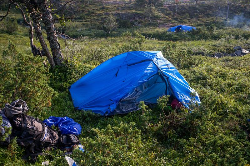 Teltan pystytys tuulessa ja sateessa ei onnistunut. Märkää sisällä!!