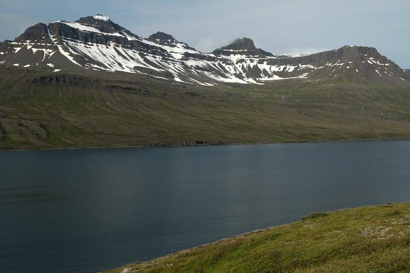 Across the Fáskrúdsfjörður (fjord) - to the Hvalfjall (mountain), with its peaks the Háöxl, Miðmundatindur and Digritindur.
